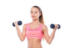 Полнометражный портрет молодой женщины фитнеса с гантелями Стоковые Изображения