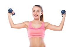 Полнометражный портрет молодой женщины фитнеса с гантелями Стоковое Фото