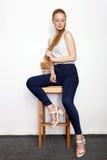 Полнометражный портрет молодой красивой женщины модели beginner redhead в голубых джинсах белой футболки практикуя представлять п Стоковое фото RF