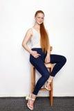 Полнометражный портрет молодой красивой женщины модели beginner redhead в голубых джинсах белой футболки практикуя представлять п Стоковое Изображение RF
