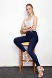 Полнометражный портрет молодой красивой женщины модели beginner redhead в голубых джинсах белой футболки практикуя представлять п Стоковое Фото
