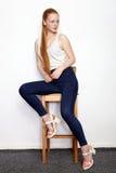 Полнометражный портрет молодой красивой женщины модели beginner redhead в голубых джинсах белой футболки практикуя представлять п Стоковые Изображения