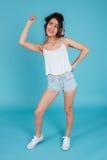 Полнометражный портрет молодой sporty домохозяйки делая тренировку Стоковое Изображение RF