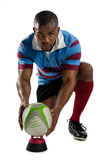 Полнометражный портрет мужского игрока рэгби держа шарик на тройнике Стоковое Фото