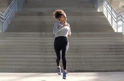 Полнометражный портрет привлекательной молодой чернокожей женщины jogging Стоковое фото RF
