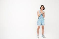 Полнометражный портрет серьезной милой девушки, делая примечания Стоковое Изображение RF