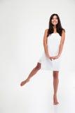 Полнометражный портрет усмехаясь женщины в полотенце стоковые изображения