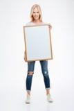 Полнометражный портрет усмехаясь женщины держа пустую доску Стоковое Изображение RF