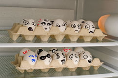 2 подноса с покрашенными улыбками на яичках на холодильнике shelves Стоковое фото RF