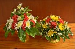 2 подноса с постаментом красивых цветков Стоковое Изображение