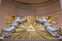 Полностью видя глаз двигает под углом лучи архитектуры надгробной плиты старые религиозные стоковое фото