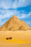 Полностью пирамид тележка v туристов совместно египетская Стоковые Фотографии RF