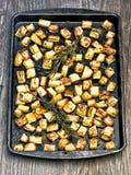 Поднос деревенским картошки зажаренной в духовке розмариновым маслом стоковые фото