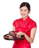Поднос закуски владением женщины на китайский Новый Год стоковая фотография