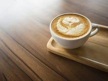 Поднос кофейной чашки деревянный на кафе искусства Latte таблицы Стоковое Фото