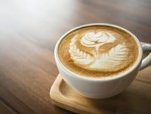 Поднос кофейной чашки деревянный на ресторане кафа искусства Latte таблицы Стоковые Фото