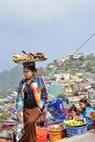 Поднос нося уличного торговца свеже сваренных батата, кассавы и похожего на ее голове Стоковая Фотография RF