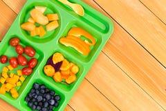 Поднос обеда размера ребенка с плодоовощ на деревянном столе Стоковые Фотографии RF