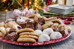 Поднос подарка печенья праздника с сортированными хлебобулочными изделиями Стоковые Фотографии RF