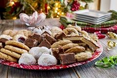 Поднос подарка печенья праздника с сортированными хлебобулочными изделиями Стоковое Изображение RF