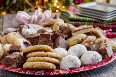 Поднос подарка печенья праздника с сортированными хлебобулочными изделиями Стоковое Изображение