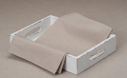 Поднос с естественными Linen салфеткой и тканью таблицы Стоковые Изображения