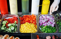 Поднос с сваренной едой на витрине стоковые фотографии rf