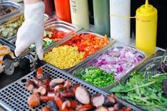 Поднос с сваренной едой на витрине стоковое фото rf