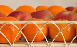 Поднос яблок апельсинов мандарина натюрморта плодоовощ Стоковые Изображения RF