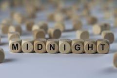Полночь - куб с письмами, знак с деревянными кубами Стоковое Фото