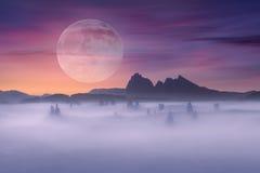 Полнолуние на идилличном пейзаже фантазии и туманной сцене Стоковое фото RF