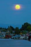 Полнолуние над плавая домами на Реке Колумбия в Портленде Орегоне стоковая фотография rf