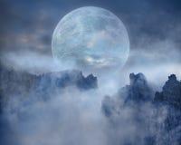 Полнолуние на страшных горных пиках на ноче Стоковые Изображения RF