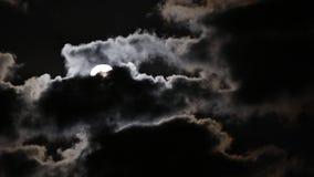 Полнолуние поднимая от за темных облаков видеоматериал