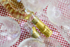 Полные и пустые бутылки белого вина Стоковое Фото