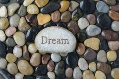 Полные камень камешка и предпосылка реки с словом мечтают Стоковое Изображение