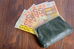 Полный бумажник на таблице Стоковое Изображение