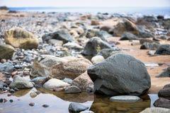 Полный край моря с покрашенными камнями стоковое фото rf