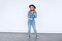 Полный портрет тела элегантной девушки битника моды в ультрамодной джинсовой ткани Стоковая Фотография