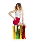 Полный портрет усмехаясь молодой белокурой девушки с красочными покупками Стоковая Фотография RF