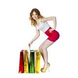 Полный портрет усмехаясь молодой белокурой девушки с красочными покупками Стоковое Изображение RF