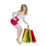 Полный портрет усмехаясь молодой белокурой девушки с красочными покупками Стоковые Изображения RF