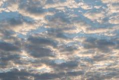 Полный фон с облаками - пасмурный день Стоковые Изображения RF