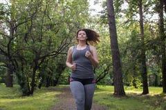 Полный ход женщины красивейшая потеря принципиальной схемы живота над женщиной веса белой стоковые изображения rf