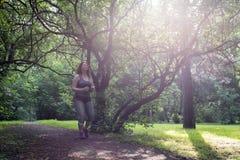Полный ход женщины красивейшая потеря принципиальной схемы живота над женщиной веса белой стоковая фотография