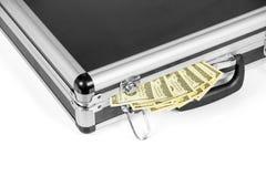 Полный чемодан при 100 долларовых банкнот изолированных на белизне Стоковое Фото