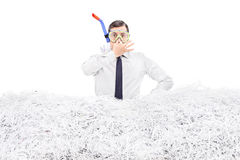 Подныривание бизнесмена в кучу shredded бумаги Стоковая Фотография