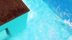 Подныривание брюнет в ясный голубой бассейн сток-видео