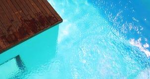 Подныривание брюнет в ясный голубой бассейн видеоматериал