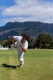 Подныривание игрока для того чтобы уловить шарик на поле против неба Стоковые Изображения RF